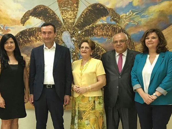 De izquierda a derecha: Mayte Vilaseca, Carlos González -alcalde de Elche-, Reme Sanz, Fernando García -Presidente del Patronato del Misteri-, y Cochi Álvarez. Foto: REDACCION
