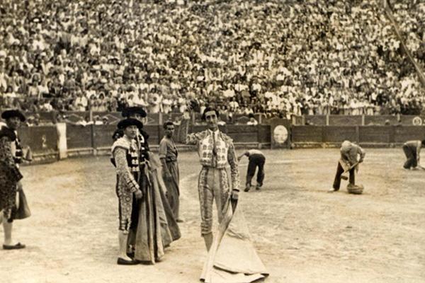 Saludando con su último trofeo en Alicante en la corrida del día de San Pedro de 1947. Foto: Archivo Municipal de Alicante. Colección Sánchez