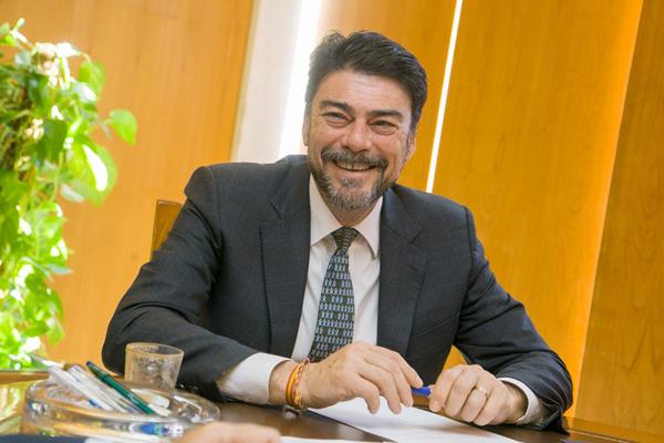 Luis Barcala, alcalde de Alicante, en su despacho. Foto: ERNESTO CAPARRÓS.