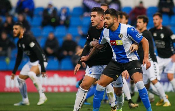 Jugadores del Hércules CF disputan un balón en el encuentro frente al Ebro en el estadio Rico Pérez. Foto: Hércules CF
